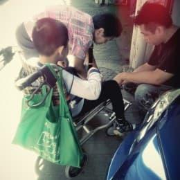 天仔的輪椅壞了得好心的車房哥哥幫忙修理