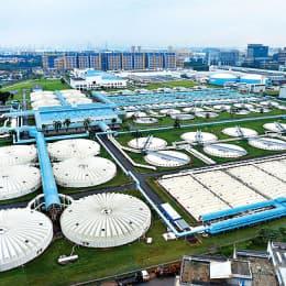 新加坡的烏魯班丹再生水廠於○七年落成, 為東南亞最大、全世界第二大的再生水廠,每天可生產十四萬八千立方米淡水。(法新社圖片)