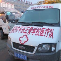 公司冠名的災後支持「標語」和服務,到處皆見