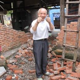 村民張伯房子雖倒塌,但見有心人送來支援,表示沒有遺憾