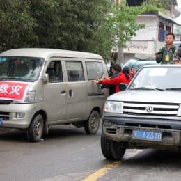 災民為訪問團車輛開路而合力推車
