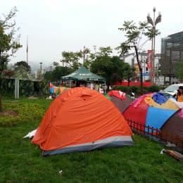 蘆山指揮中心外就像一個大型營會