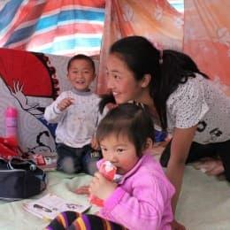 駱姐的女兒主動教鄰居的孩子讀書