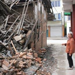 龍門鄉居民帶記者視察倒塌房屋