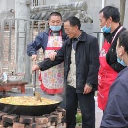 龍門鄉的災民特意為志願者做飯,更不容許災民「偷食」