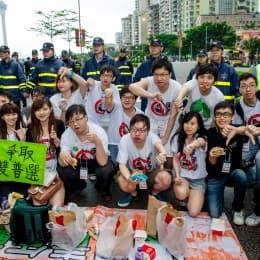 在警察面前吃熱心市民贈送的漢堡包,構成了諷刺的畫面