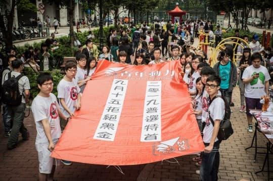 青年遊行的大幅標語,向社會傳遞著急迫的訊息