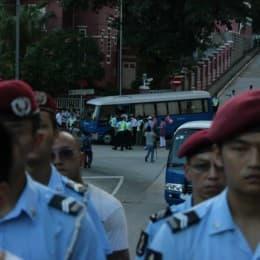 更有趣的是,另一批「上山散步」的遊客,竟然其後被勸服上車,由警車送走。