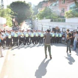 警方排成幾層,把整條高可寧伸士街即時以人牆封閉。