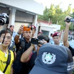 「倒陳」遊行中便衣警員全程近距離拍攝遊行人士和傳媒