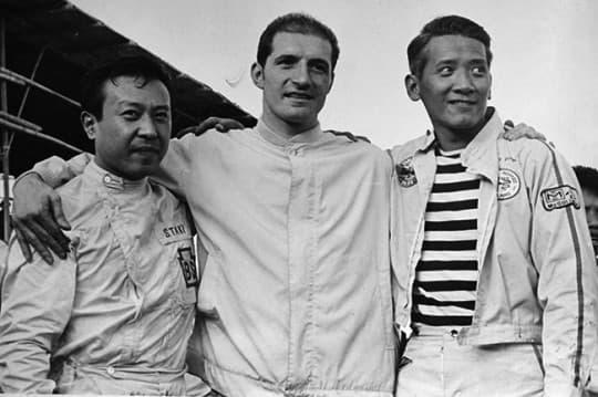 年輕時的車手潘炳烈(右一)