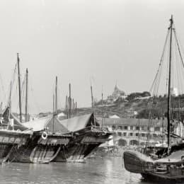 50年代,下環區停泊了不少風帆漁船,顯示了當時漁業的興盛景象。(圖片由歷史檔案館提供)
