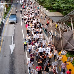 多個團體在十月十日遊行反對輸入外地人作荷官
