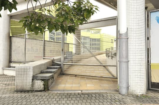 奧林匹克游泳館的無障礙通道,長年鎖上,必須叫保安開門,才能使用。