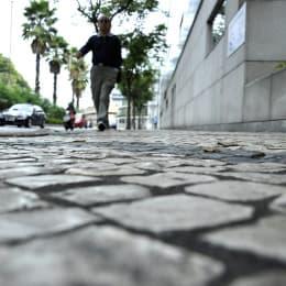 看似美觀的「石仔路」,卻對輪椅使用者造成極大困擾。