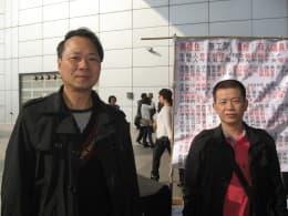 歐陽應光(左)及張榮發(右)較早前在關口示威要求盡快設立最低工資