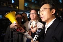 特首辦主任譚俊榮「神奇五分鐘」化解僵局?「糖果」背後原來還藏著「警棍」。
