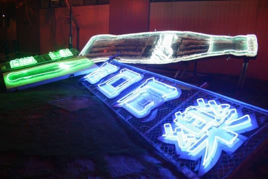 雪碧和可樂招牌在港重新亮起於油麻地區。