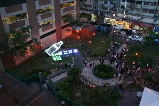 高空見到兩個招牌展示的空間。