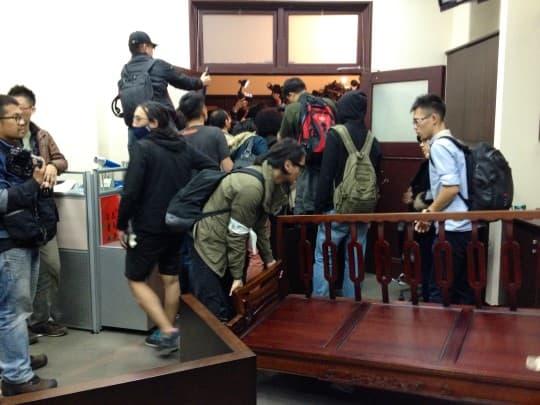 在行政院內,學生們用傢俱阻檔警察進入