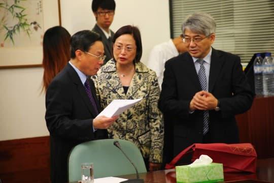三常會主席鄭志強(左)與社文司辦主任張素梅及衛生局局長李展潤,就審議「醫療事故法」法案的工作交換意見。
