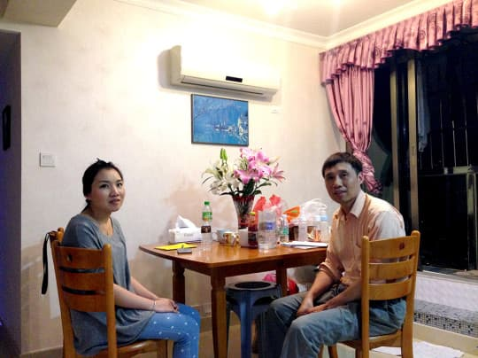 丸爸和阿丸身旁的這張飯枱是幾經辛苦從善豐搬過來的,當時還搬了廚具、床、電視等。