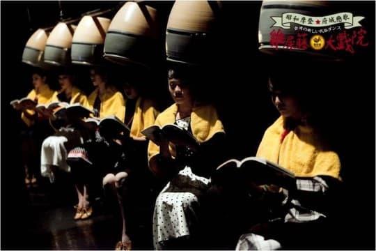 台南雞屎藤新民族舞團,以舞蹈重書城市記憶,從清代五條港藝妲說起,到戰後臺灣,是家族記憶,也紀錄城市經驗。(相片提供:雞屎藤新民族舞團,陳慧勻女士)