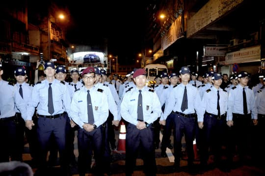 4月10日晚上,現場出現大批警員,並警告善豐業主馬上離開,否則觸犯加重違令罪。