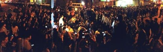 凌晨一點清場前一刻,警方對佔領馬路的市民最後離場通牒