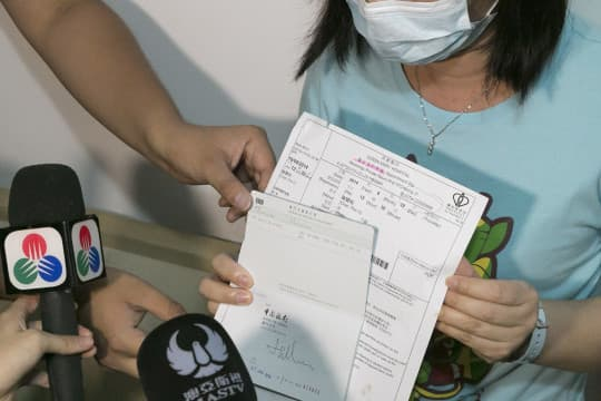 陳同學的母親蔡女士出示聯名戶口存摺及香港瑪麗醫院的覆診通知單