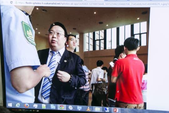 周庭希指出,當日亦有一位有傳統社團背景的校長辦公室助理(左二者)有份協助拉走崔子釗。