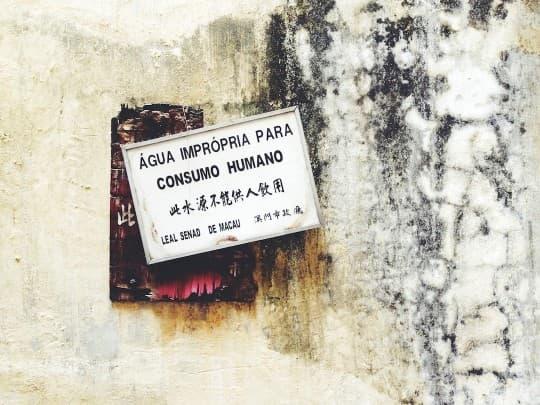 回歸前製作的舊式警告字句通常都是葡文優先