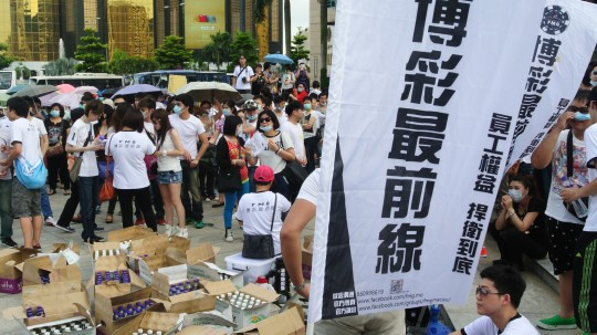 每次遊行或簽名活動,員工都會自發捐獻水、紙牌,哨子等物資