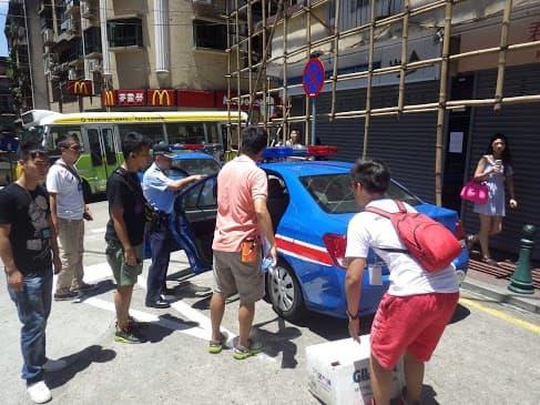 5名街頭票站工作人員被警方拘捕,控以加重違令罪。(相片提供:黃健朗)