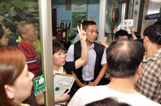 崔世安一入茶餐廳,多名工作人員即把門口堵住,惹起在場記者強烈不滿和鼓譟。