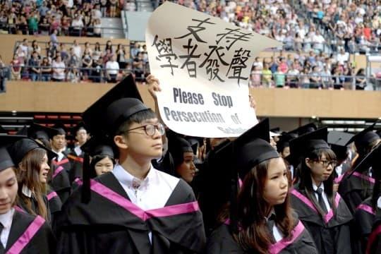 澳大進行「二零一四年畢業典禮」期間,有一名中文系畢業生向嘉賓高舉「支持學者發聲 Please Stop Persecution of Scholars(中譯:請停止迫害學者們)」的標語。隨即有在場保安企圖搶去標語,並將該畢業生驅逐離場。