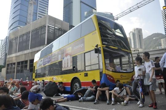 不少參與佔領行動的香港市民都驚嘆港人和平抗爭的素質之高,並沒出現如國外燒巴士等過激行為。不少參與佔領行動的香港市民都驚嘆港人和平抗爭的素質之高,並沒出現如國外燒巴士等過激行為。
