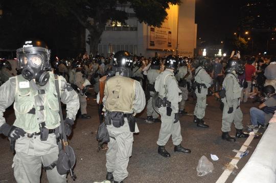 港府出動防暴警察鎮壓參與佔中的市民。