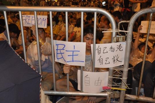 香港學生與警方對峙的情況。
