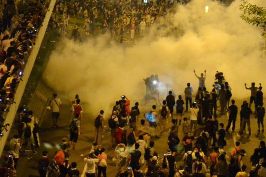 香港防暴警察用催淚彈驅散市民。