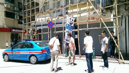 8月24日治安警拘捕風順堂票站工作人員,「民間公投」實體票站運作個多小時後被迫中斷。