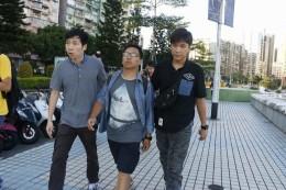 8月29日司警突然拘捕2名《愛瞞傳媒》記者,指其上載的一張圖片涉嫌濫用司警局標誌。