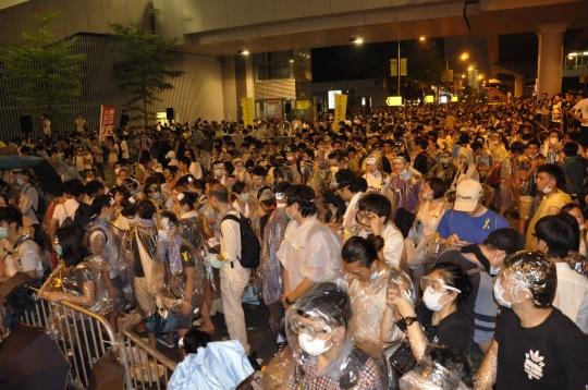 9月26日晚,學生罷課集會,前排與警方對峙的學生,戴眼罩,穿雨衣,以防警方使用胡椒噴霧。