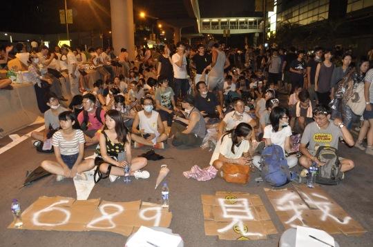9月26日晚,香港學生與警方對峙,並要求特首梁振英出來與學生對話。