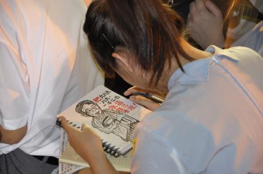 9月26日,香港中學生罷學,有中學在集會期間用漫畫表達對香港梁振英的不滿。