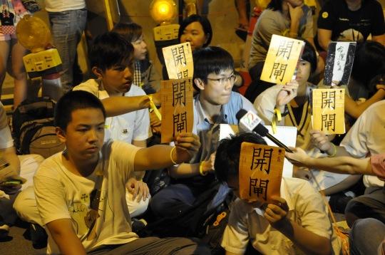 香港中學生罷課,要求人大開閘,重啟政改。