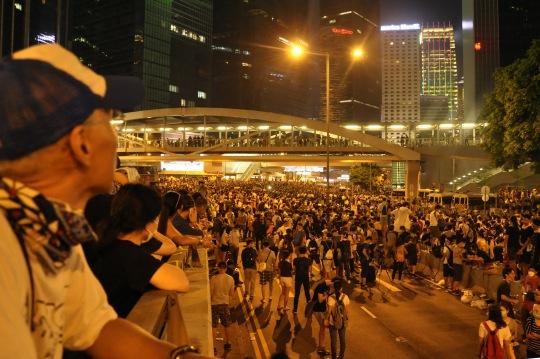 9月29晚,佔領金鐘後方的市民非常關注在前線與警方對峙的學生的安危。