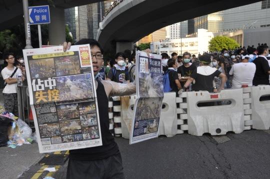 9月30日,有示威者高舉報紙,譴責警用過度使用武力打壓市民。