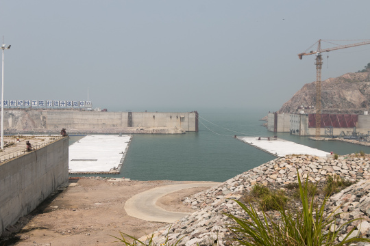 預製件將會在深塢由拖船運送到預定位置安裝