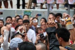 反佔中人士不時言語挑釁,年青人手緊握著手始終保持克制。